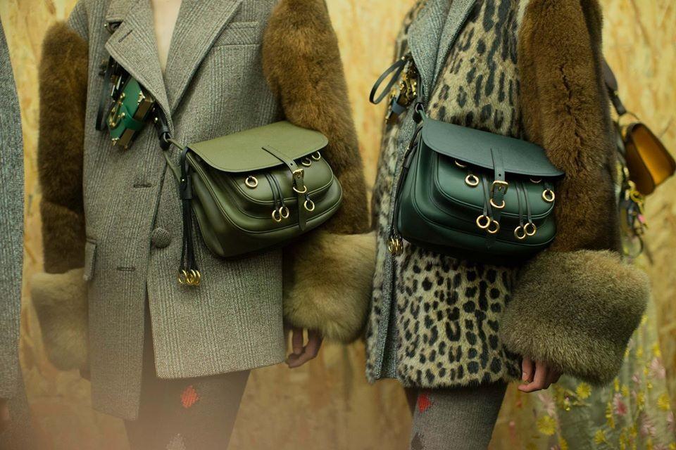 31902ff2c827e لهن - أطلقت ماركة الأزياء والموضة الإيطالية (برادا ) مجموعة جديدة من أحدث  تصميماتها لشتاء 2017 من مكملات الأناقة مع حقائب اليد والإكسسوارات الرائعة  لتُصبح ...