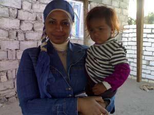فادية عبود مع طفلة بدوية