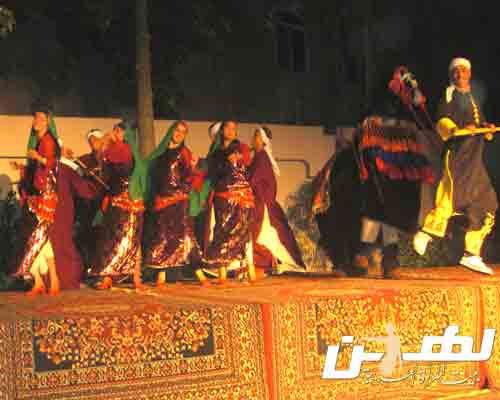 رضا عبدالعزيز يشارك فرقته العرض